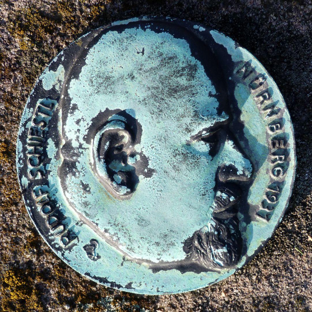 Epitaph Rudolf Schiestl linke Gedenkplakette
