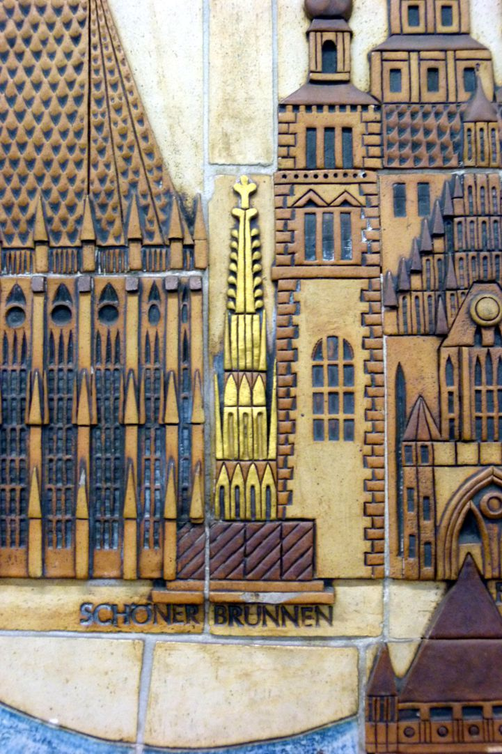 Keramikrelief der Nürnberger Altstadt Detail, Schöner Brunnen