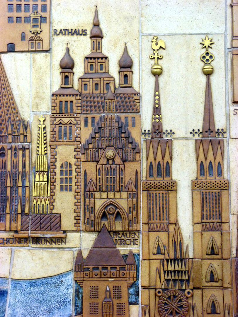 Keramikrelief der Nürnberger Altstadt Detail, Nassauer Haus, Lorenz-, Frauenkirche, Rathaus