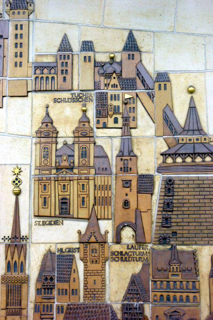 Keramikrelief der Nürnberger Altstadt Detail mit Egidienberg