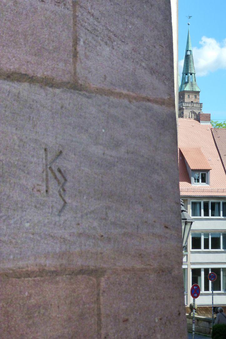 Geschäfts- und Wohnhaus Kaiserstraße Steinmetzzeichen an der Kaiserstraße