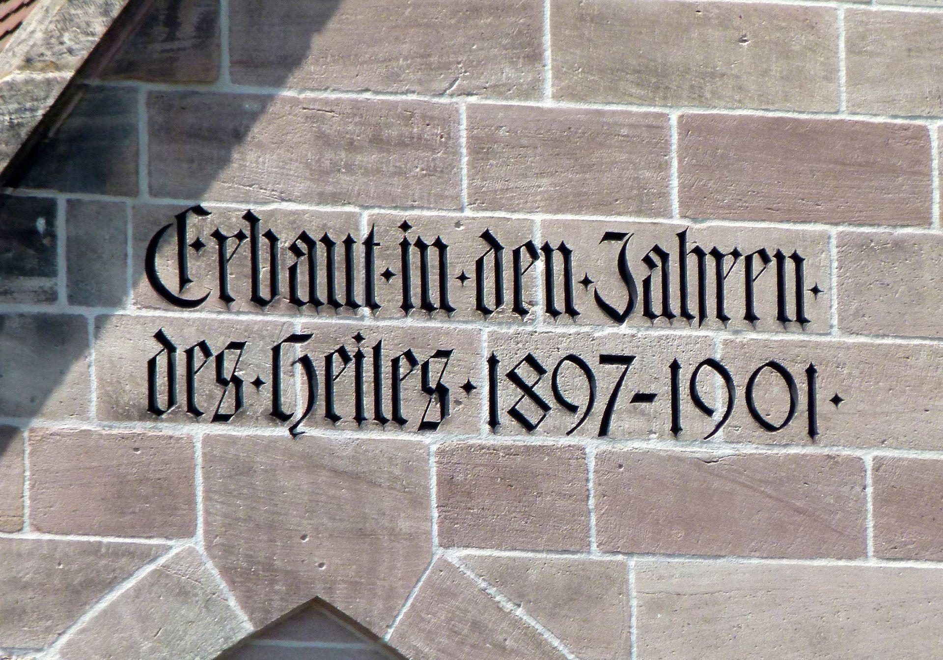 St. Peter Bauinschrift an der Kirchenfassade