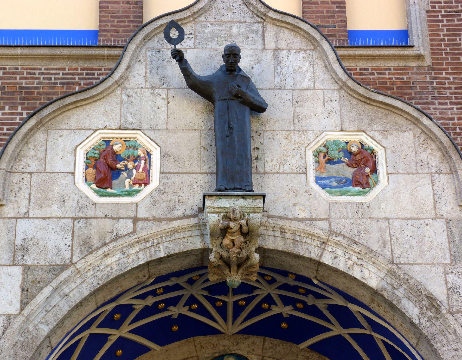 St. Anton Eingangshalle, Schweifgiebel