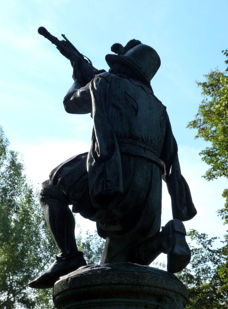 Schnepperschützenbrunnen Figur im Gegenlicht