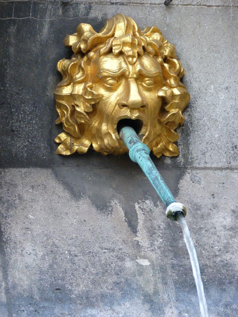 Schöner Brunnen Maske an der Oktogonbasis