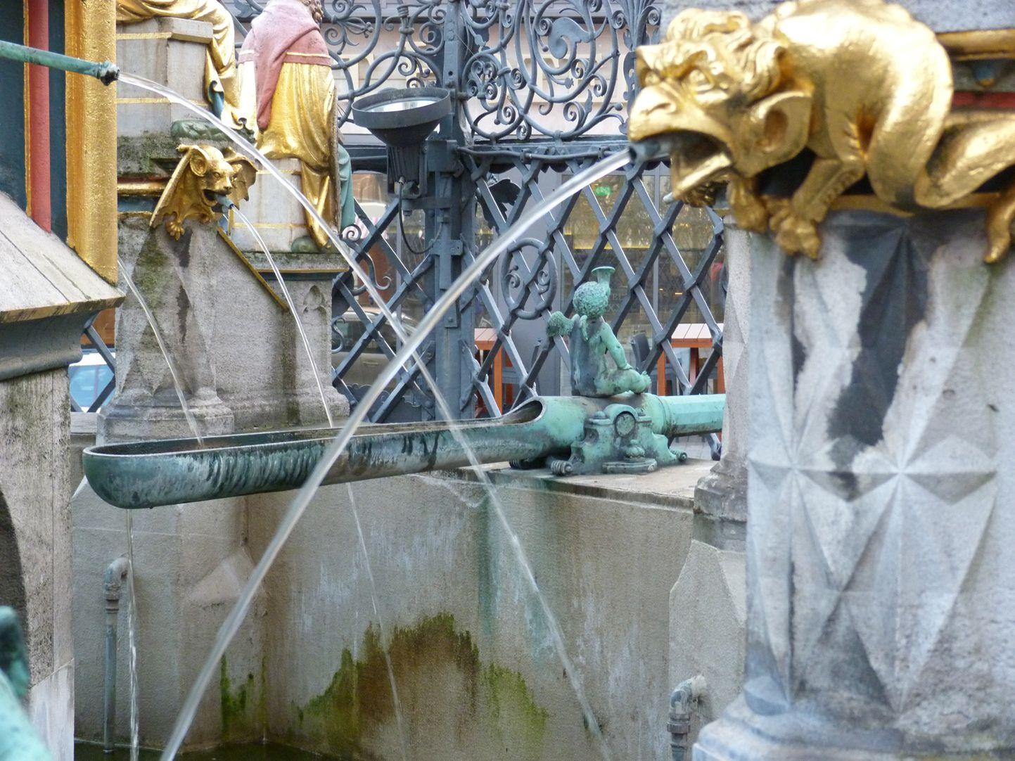 Schöner Brunnen Becken mit Wasserspeiern