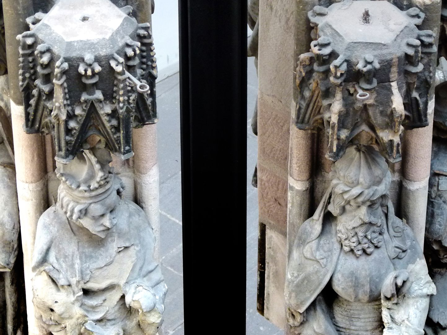 Schöner Brunnen Originalteile des Heldengeschosses mit Baldachinen