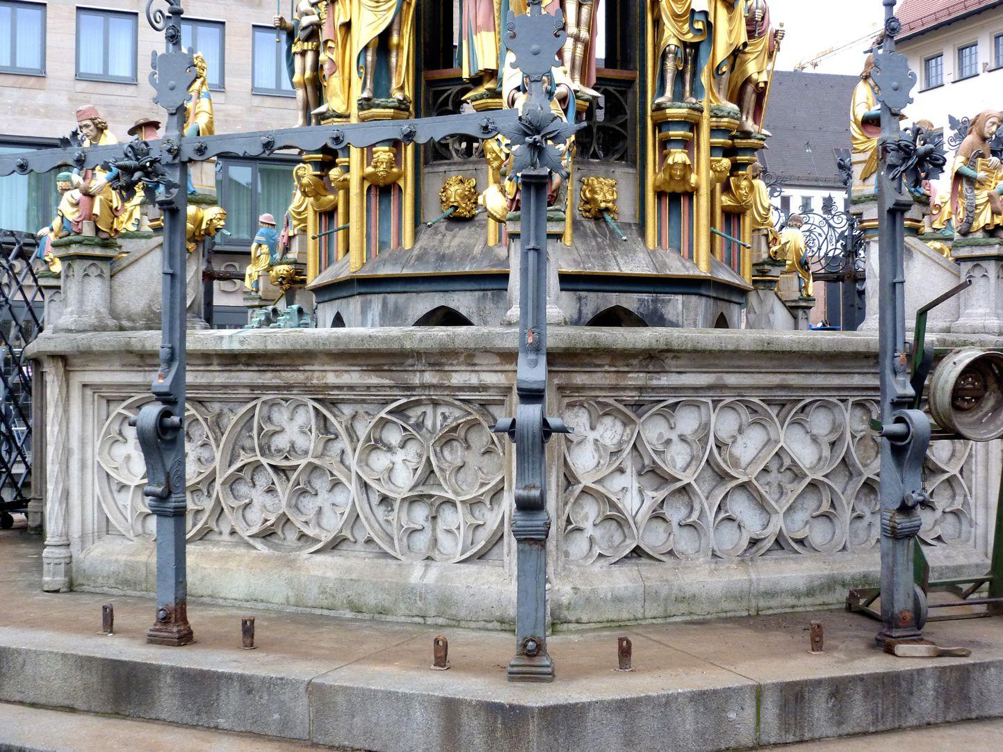 Schöner Brunnen Brunnenbecken mit Blendmaßwerk