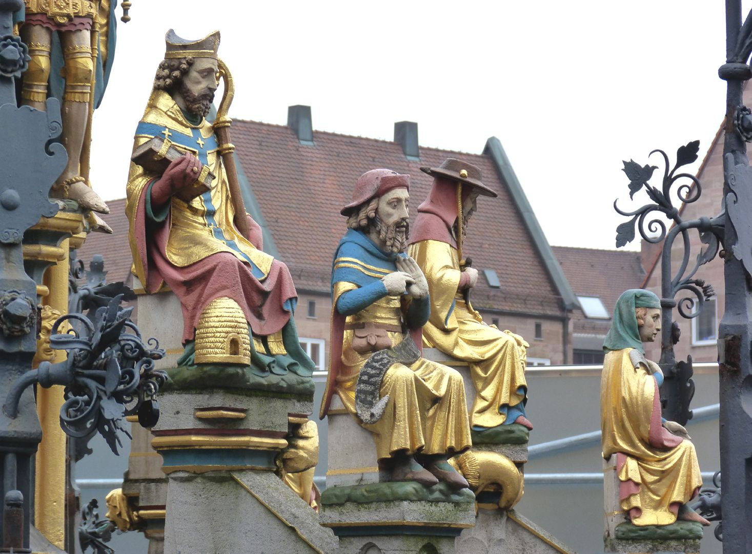 Schöner Brunnen Detail, zwei Figurenregister am Beckenrand