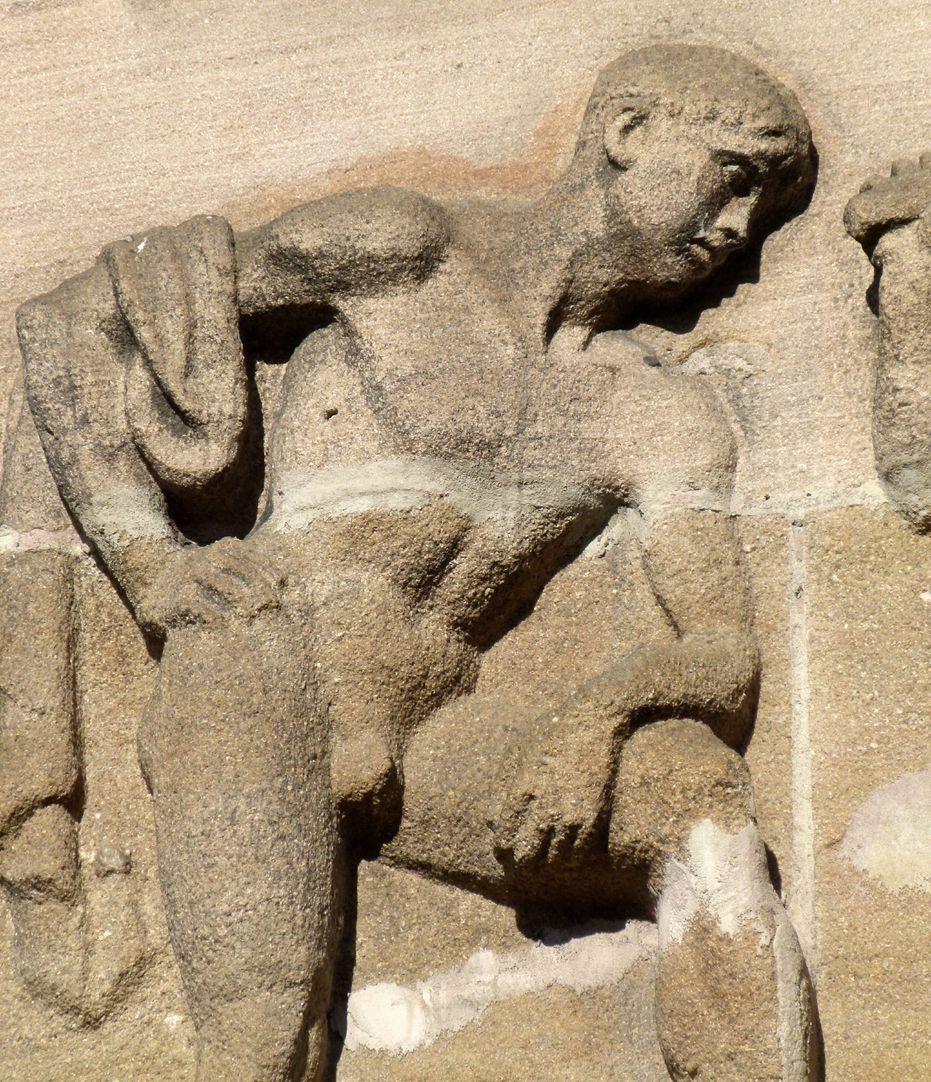 Sigmund Schuckert-Haus Chörlein, unteres Relief von Josef Wackerle, Jüngling der Vulkanschmiede, Detail