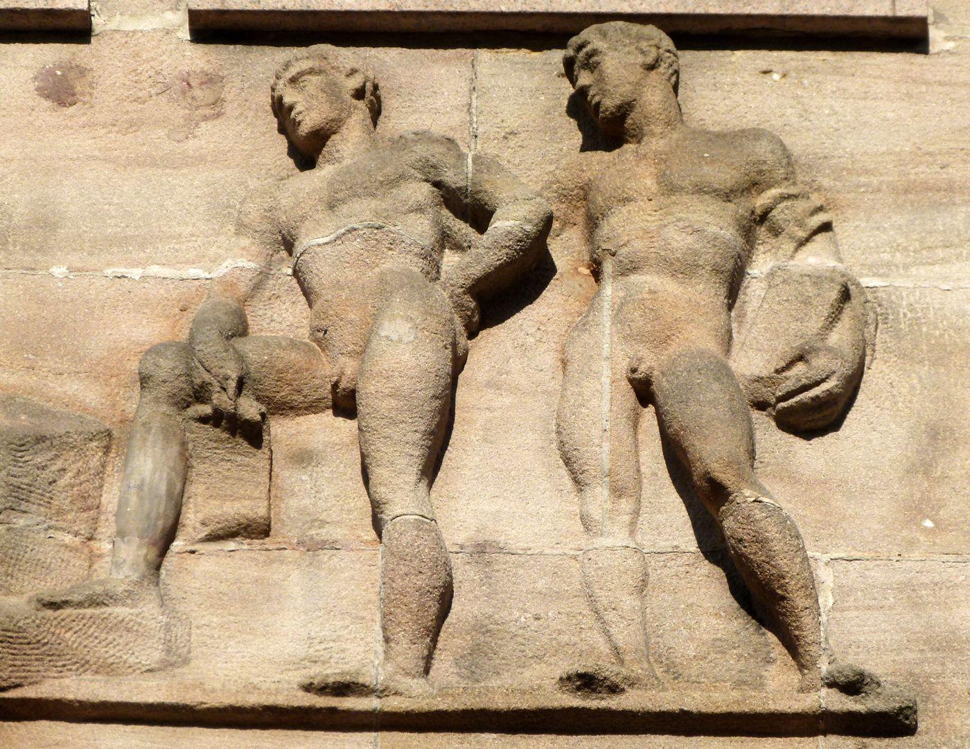 Sigmund Schuckert-Haus Chörlein, oberes Relief von Josef Wackerle: Schüler des Architekten