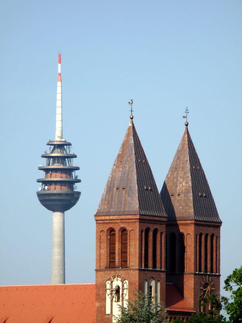 St. Ludwig Türme von St. Ludwig, (Helme sind eine Veränderung aus der Nachkriegszeit)