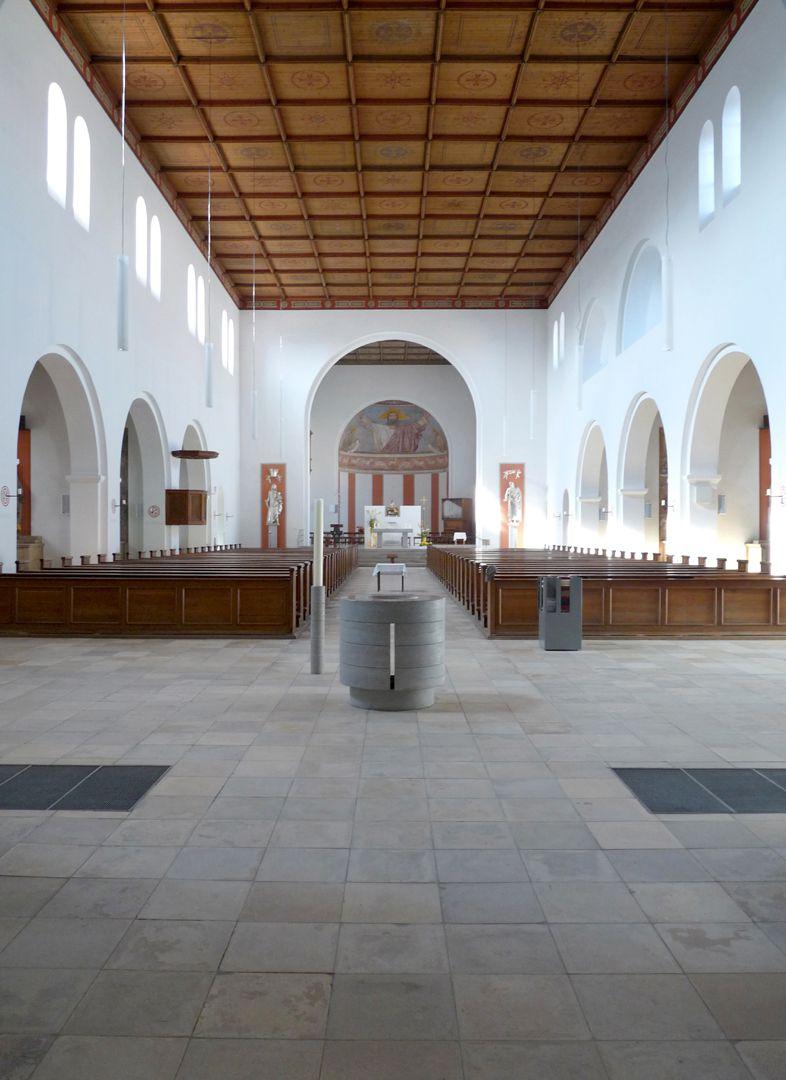 St. Ludwig Schiff in Richtung Altar, (Holzdecke aus der Nachkriegszeit)