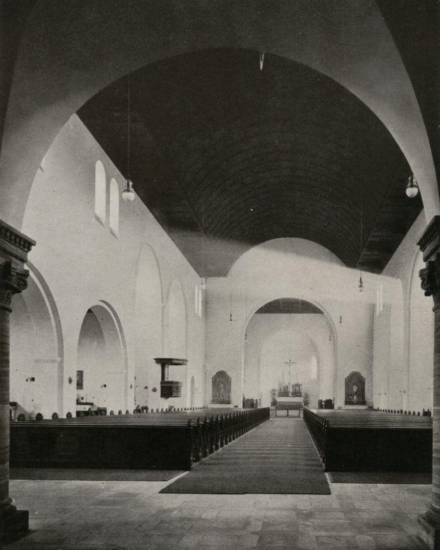 """St. Ludwig Schiff in Richtung Altar mit dem ursprünglichen Holzgewölbe / Foto aus: """"Otto Schulz"""", Friedrich Ernst Hübsch Verlag, 1929"""