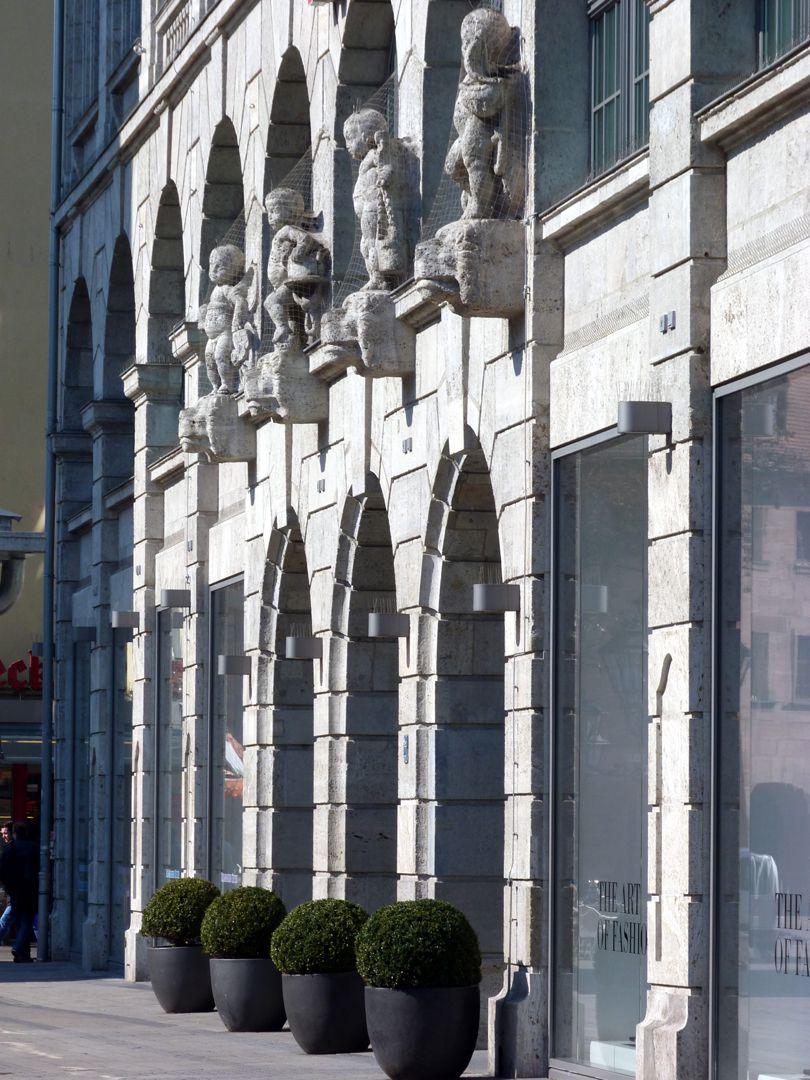 Ehemaliges Kaufhaus Tietz Mittelrisalit mit Skulpturenreihe