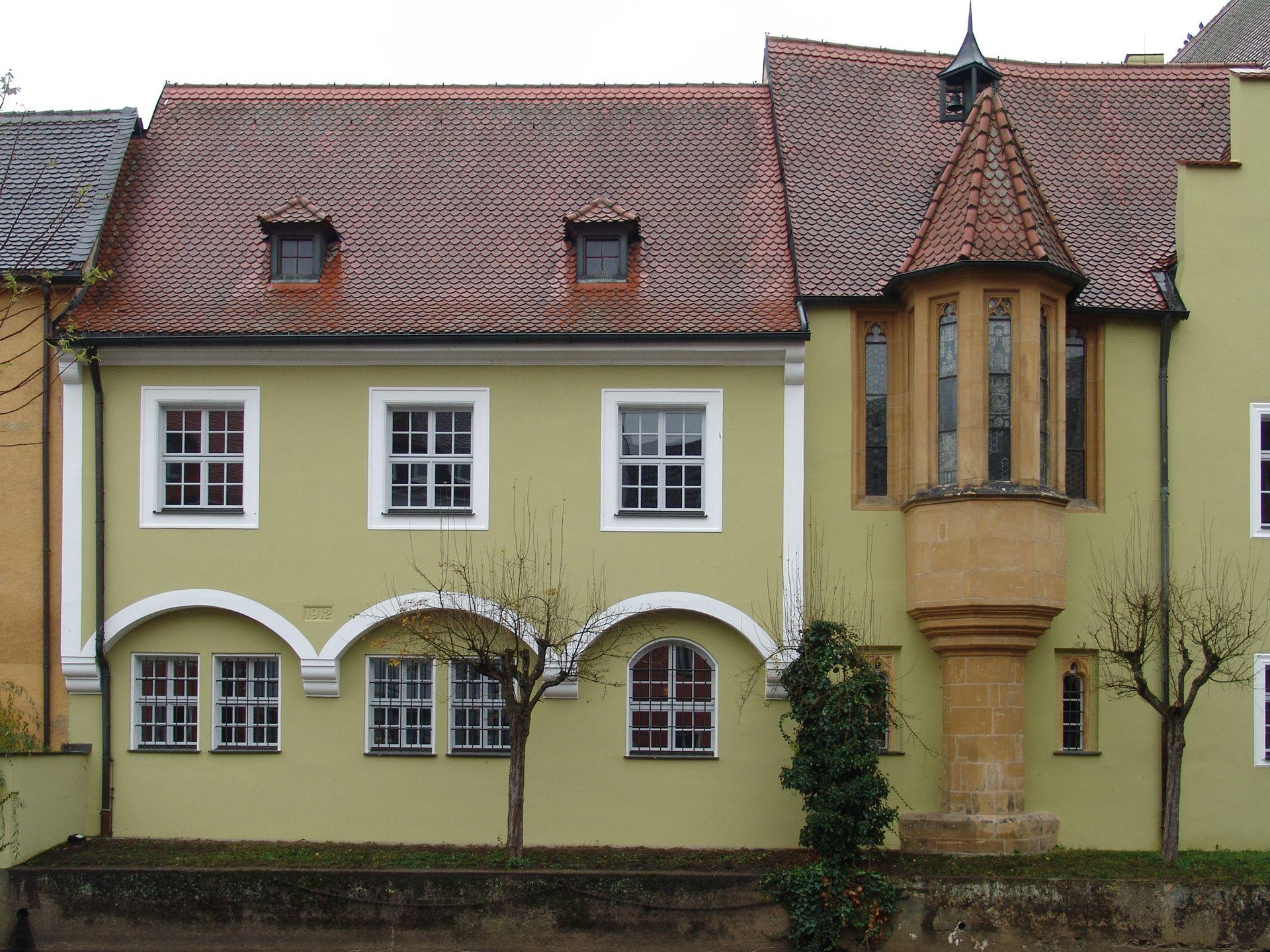 Klösterl (Amberg),  Anbau des Südflügels Anbau des Südflügels, (rechts Kapellenerker aus der Zeit vor 1400)