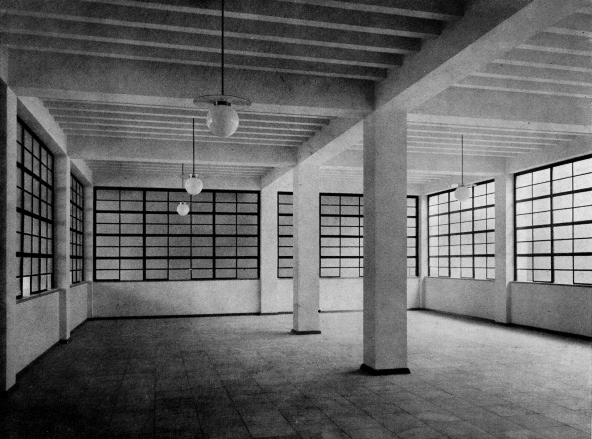 """Arbeitsamt Schalterhalle im Erdgeschoß / Foto aus: """"Otto Ernst Schweizer"""", F. E. Hübsch Verlag"""