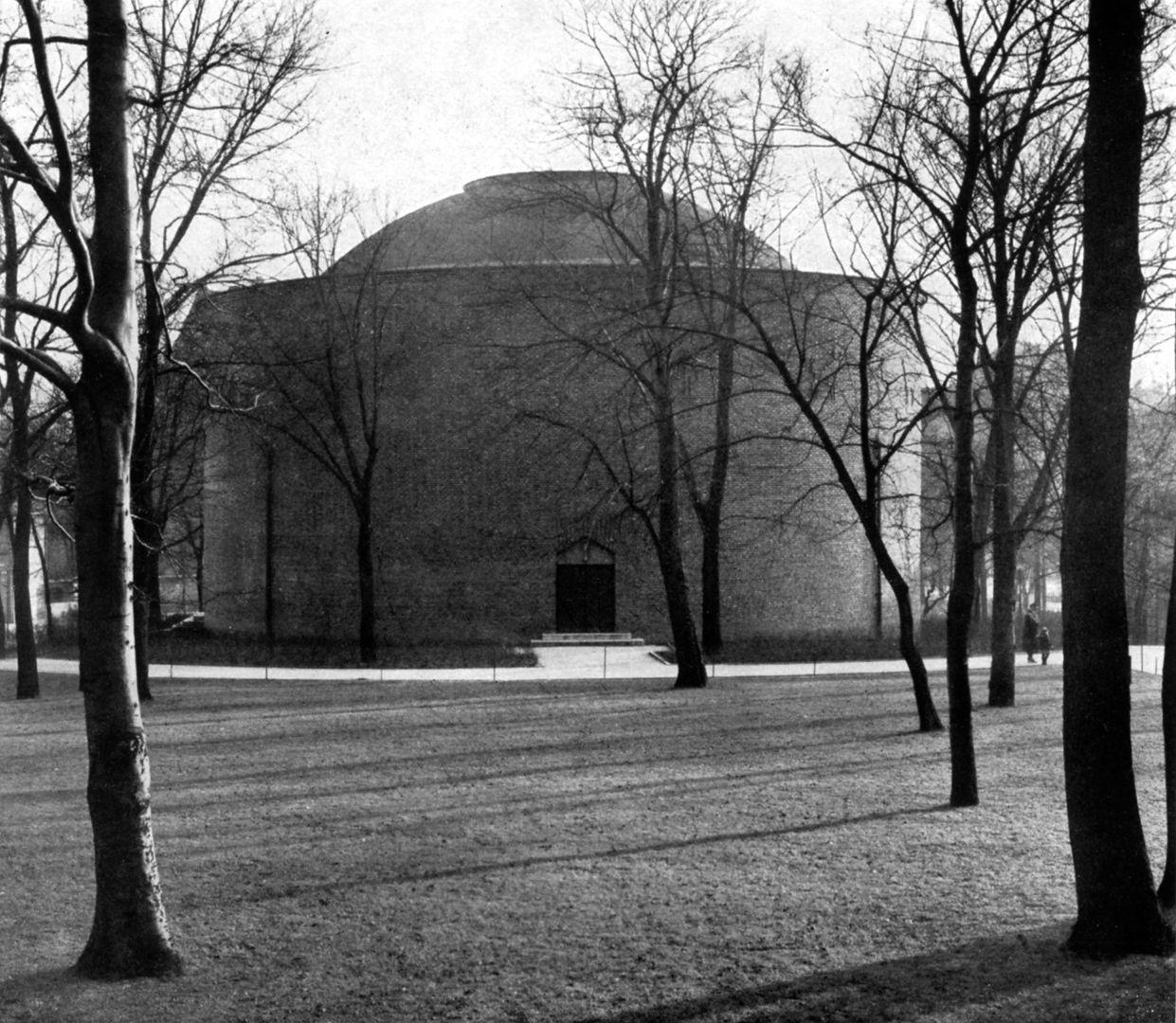 """Planetarium Rückseite des Kuppelzylinders vom Laufertor her gesehen / Foto aus: """"Otto Ernst Schweizer"""", F. E. Hübsch Verlag"""