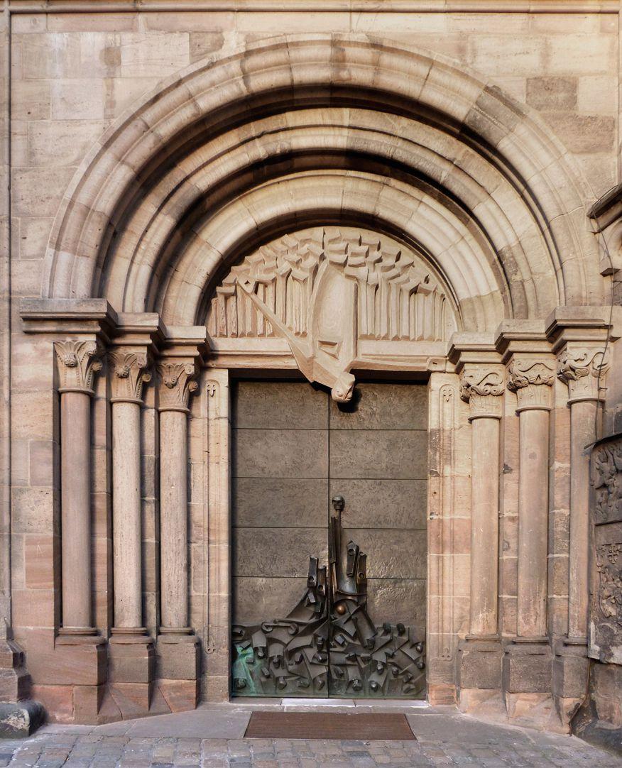 Adventsportal Gesamtansicht des romanischen Portals mit dem neu geschaffenem Tympanon und den Türflügeln