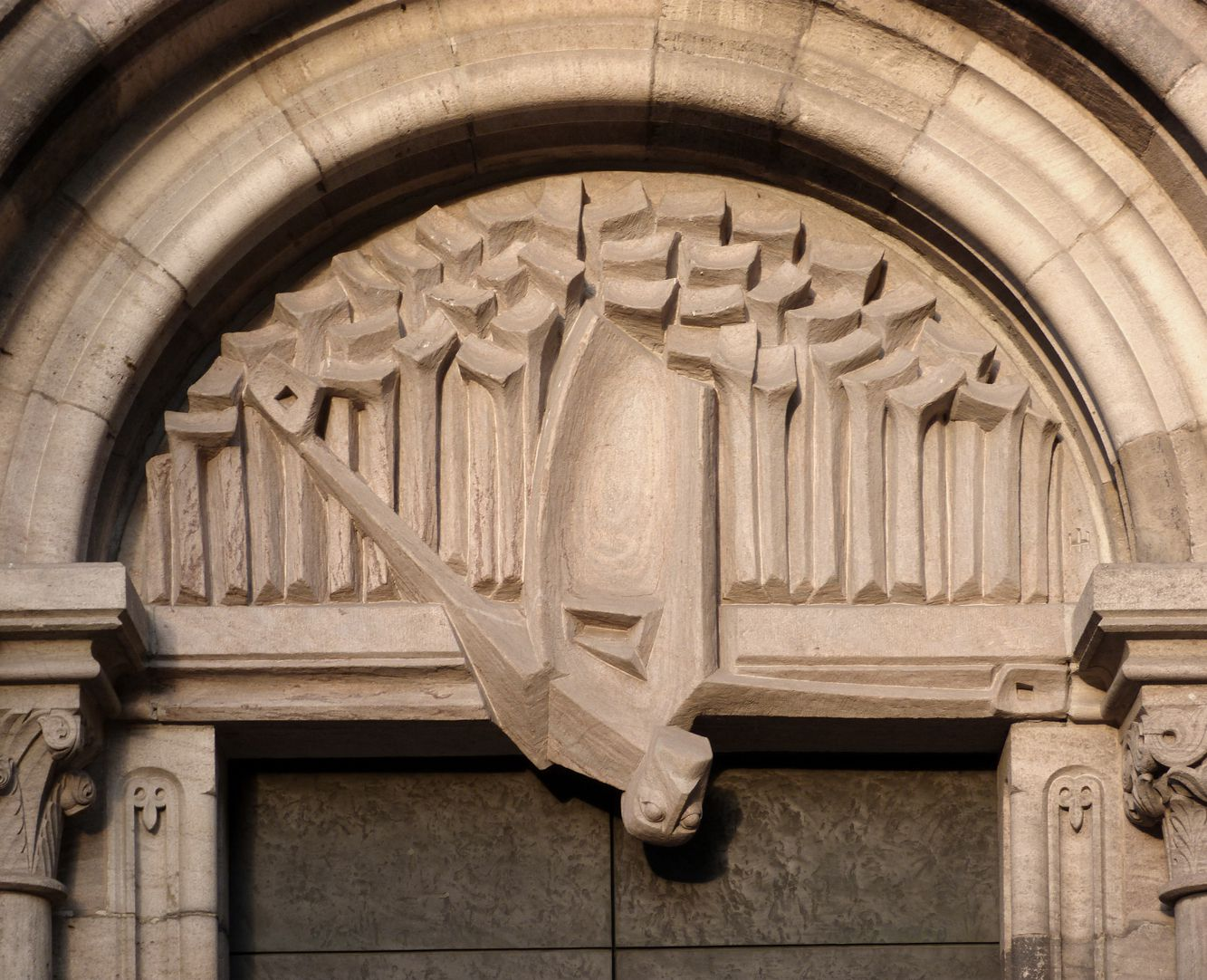 Adventsportal Tympanon, Christus wendet sich nach unten zu den Toten