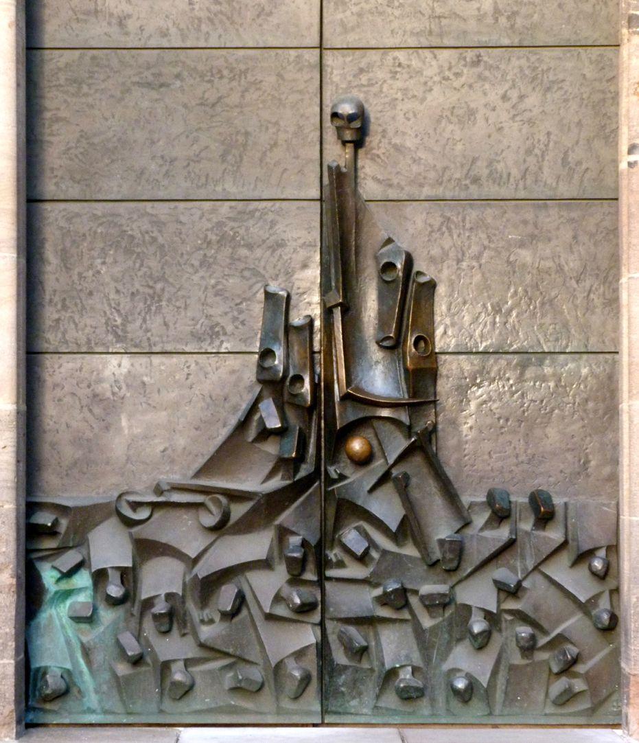 Adventsportal unterer Teil der Bronzetür, der Tod steht mit seiner Sense über den Menschen