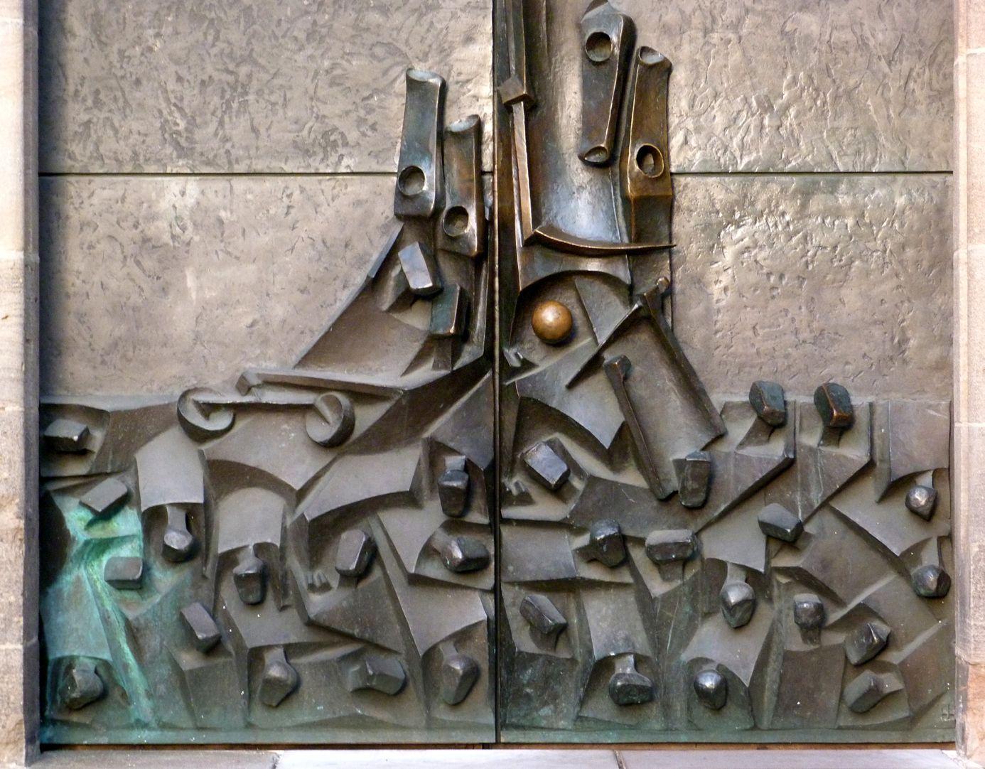 Adventsportal unterer Teil der Tür mit zusammengedrängten Toten