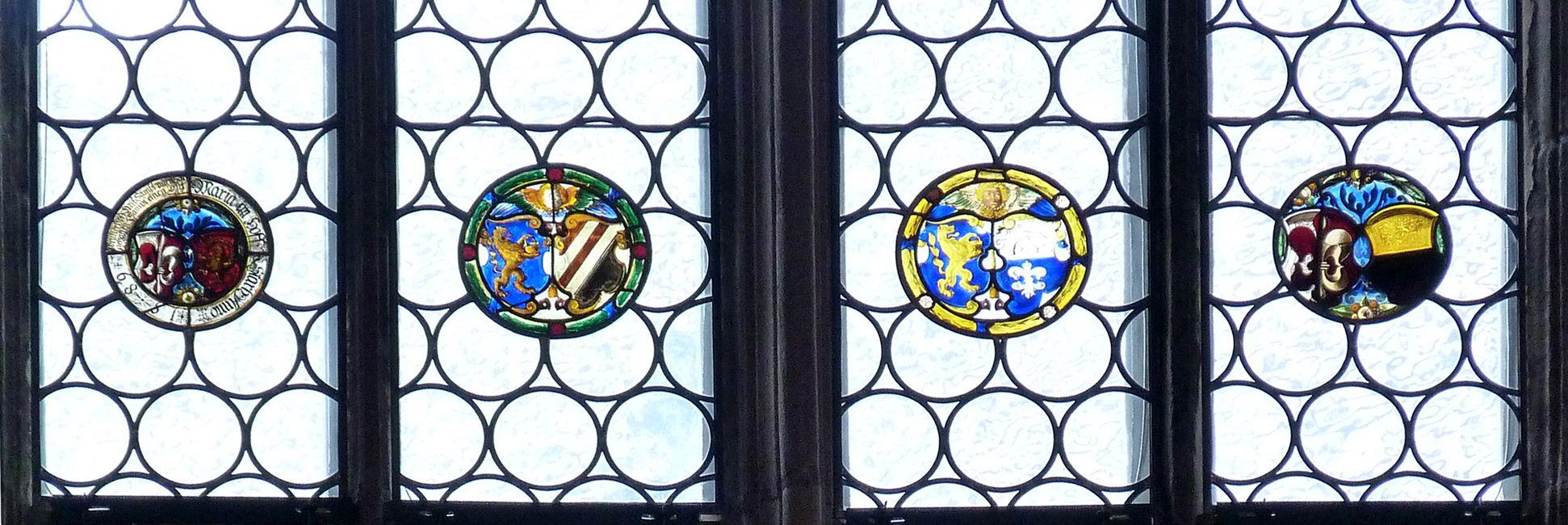 Bamberger Fenster fünfte Fensterzeile von unten, Wappenschilder