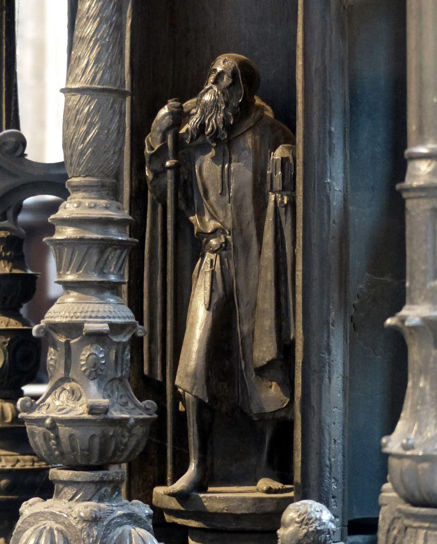 Sebaldusgrab Heiliger Sebaldus mit Kirchenmodell, Westseite, unterer Kernbereich