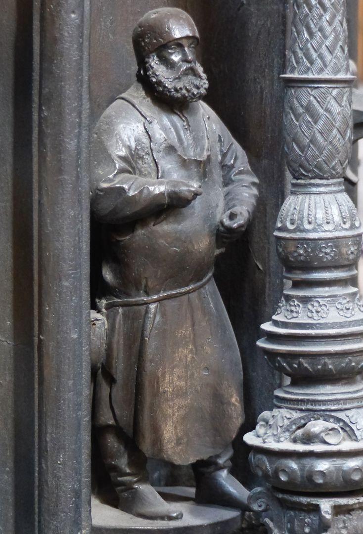 Sebaldusgrab Selbstbildnis des Peter Vischer im Kernbereich der Ostseite