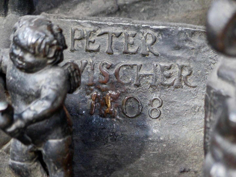Sebaldusgrab Inschrift, Peter Vischer 1508, unterhalb des Selbstportraits, Ostseite