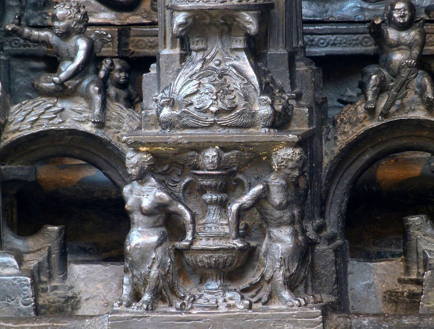Sebaldusgrab (Nordseite) unterer Sockelbereich, Postament mit Fabelwesen und Vase