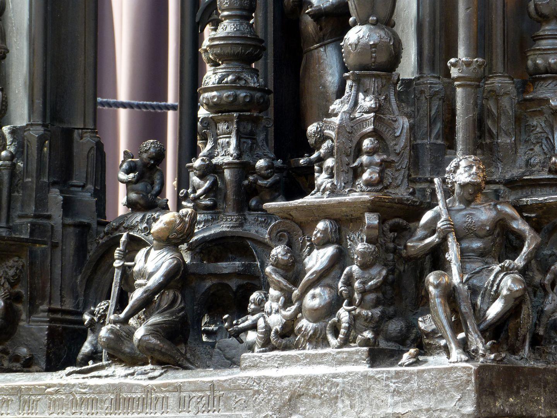 Sebaldusgrab (Ostseite) unterer Sockelbereich, Schrägansicht von Nordost, Eckfigur Herakles