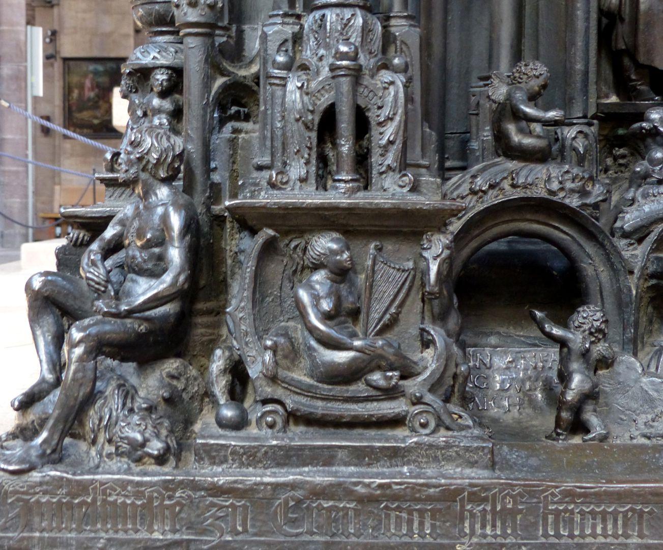 Sebaldusgrab (Ostseite) Eckfigur Simson, am dem Postament Muse mit Pegasus