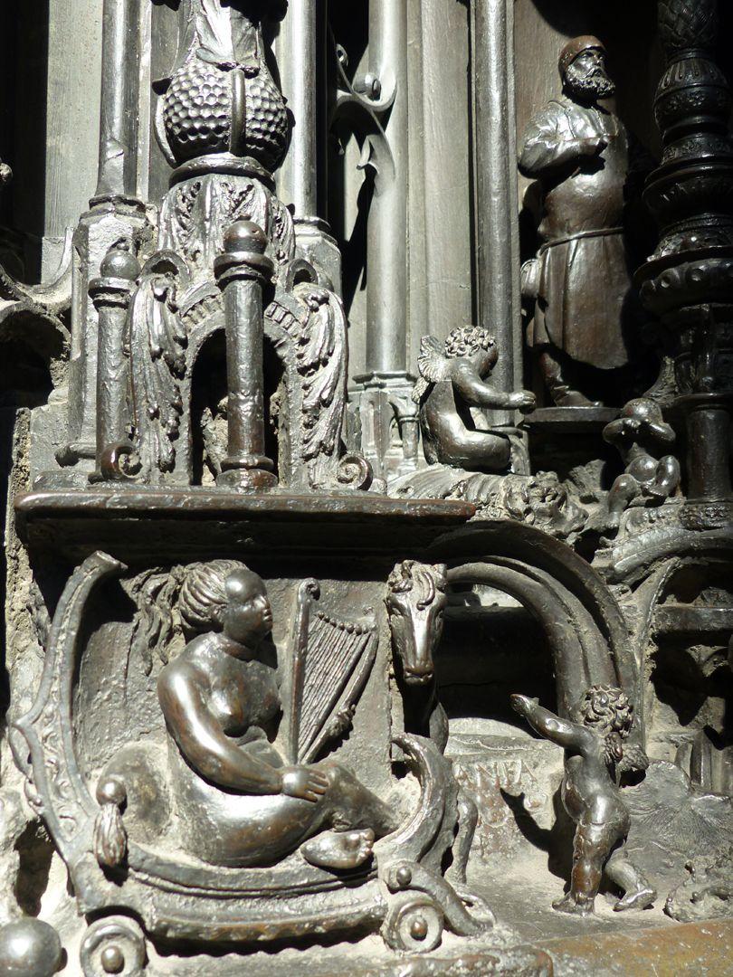 Sebaldusgrab (Ostseite) In einem Wagen sitzende Harfenspielerin, Pegasus und spielende Engelein, im Hintergrund Peter Vischer d.Ä.