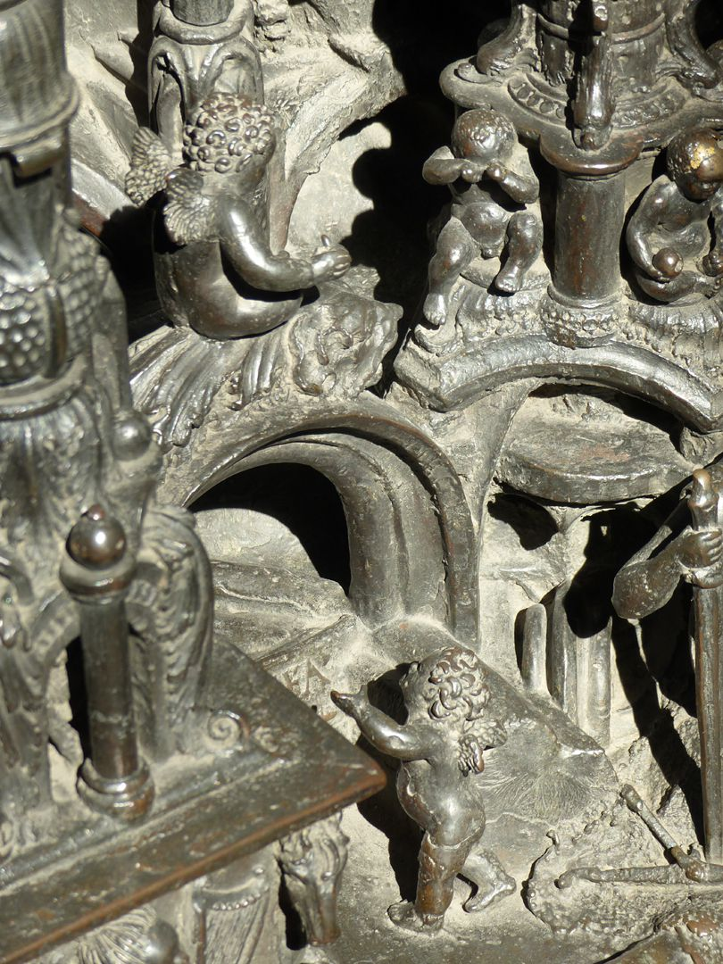 Sebaldusgrab (Ostseite) spielende Engelein und weinender Amoretto