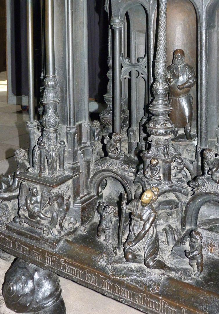 Sebaldusgrab (Ostseite) Sockelzone mit Gerechtigkeit (vorne) und Peter Vischer (hinten)