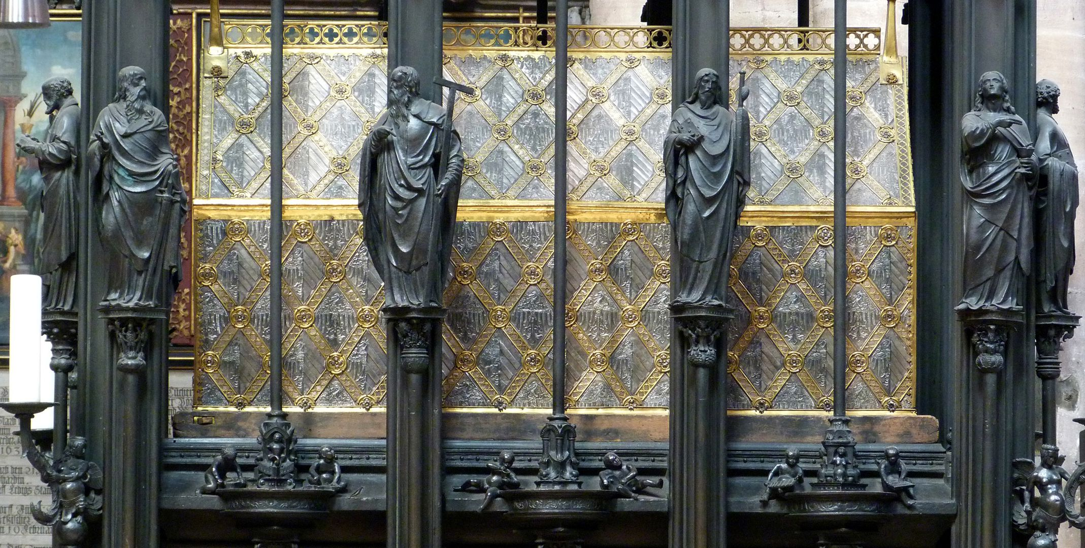 Sebaldusgrab (Südseite) Apostelfiguren vor dem Schrein