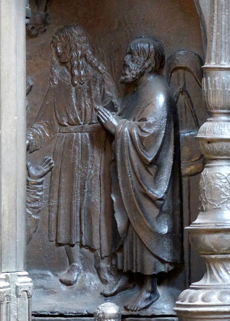 Sebaldusgrab (Südseite) Szene aus der Sebalduslengende: Ein lästernder Ketzer versinkt in einer Erdspalte, Relieffigur (Dürer?) und Dreiviertelgestalt