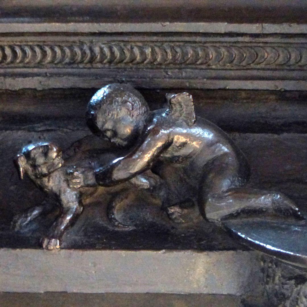 Sebaldusgrab (Westseite) linkes spielendes Engelein