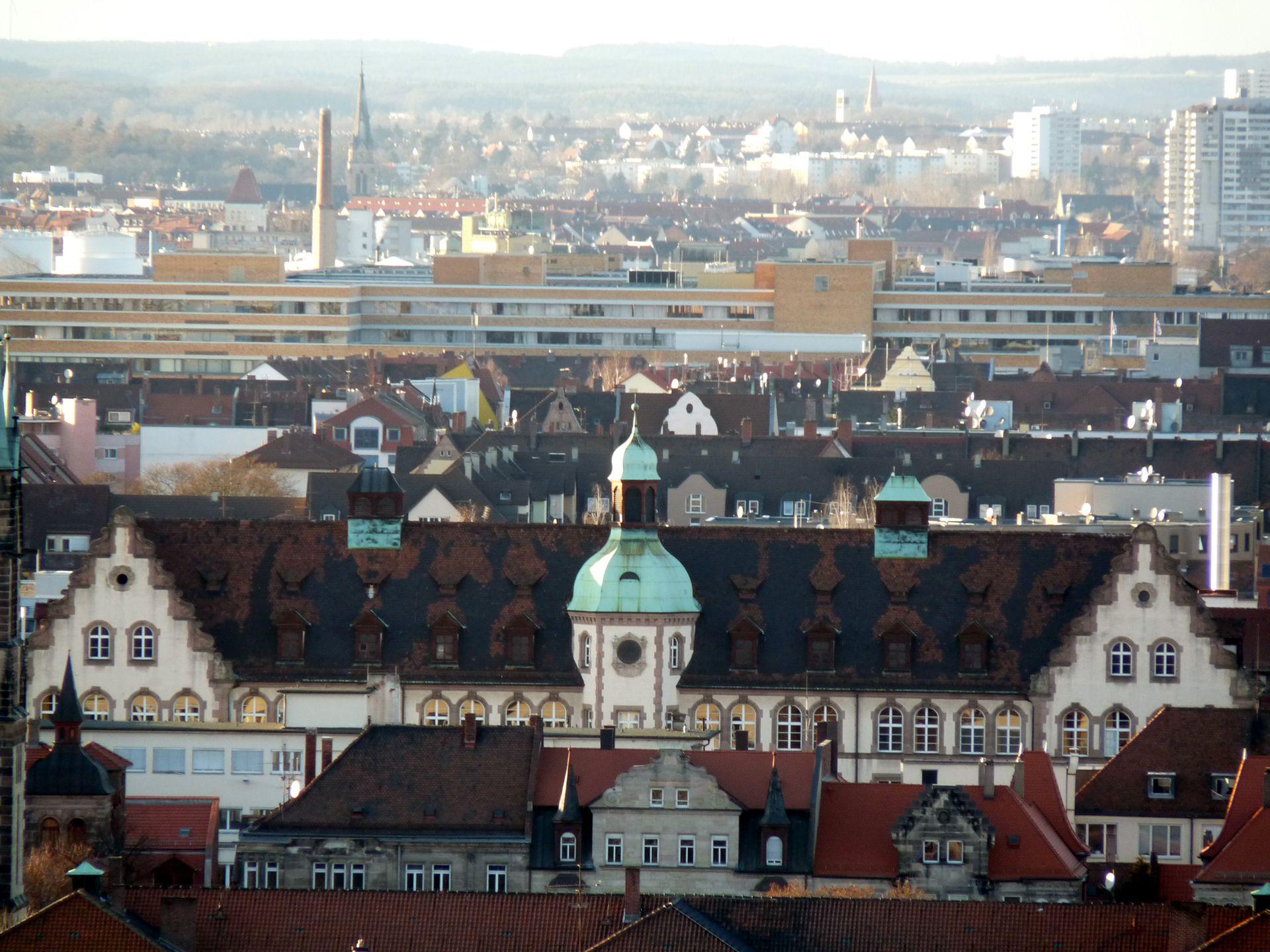 Johann-Daniel-Preißler-Schule Blick über Gostenhof mit Obergeschoss und Dach der Johann-Daniel-Preißler-Schule