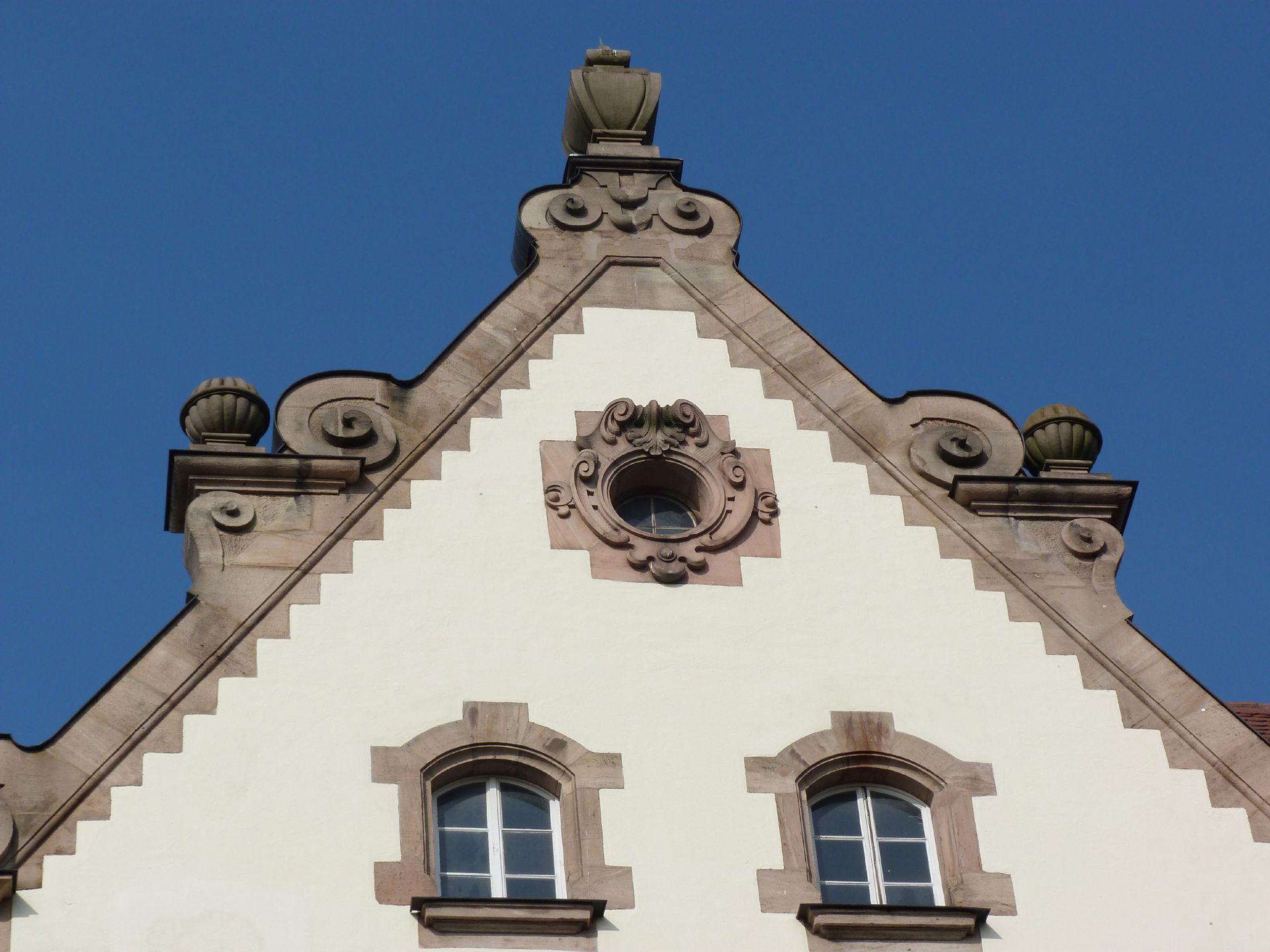 Johann-Daniel-Preißler-Schule Volutengiebel