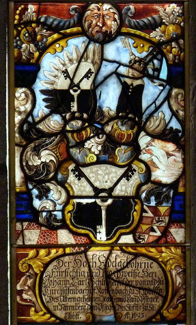St.Jobst Glasgemälde im Chor, Wappenschild des Pflegers Johann Carl Schlüßelfelder mit Helmzier und Innschriftskartusche, 1693