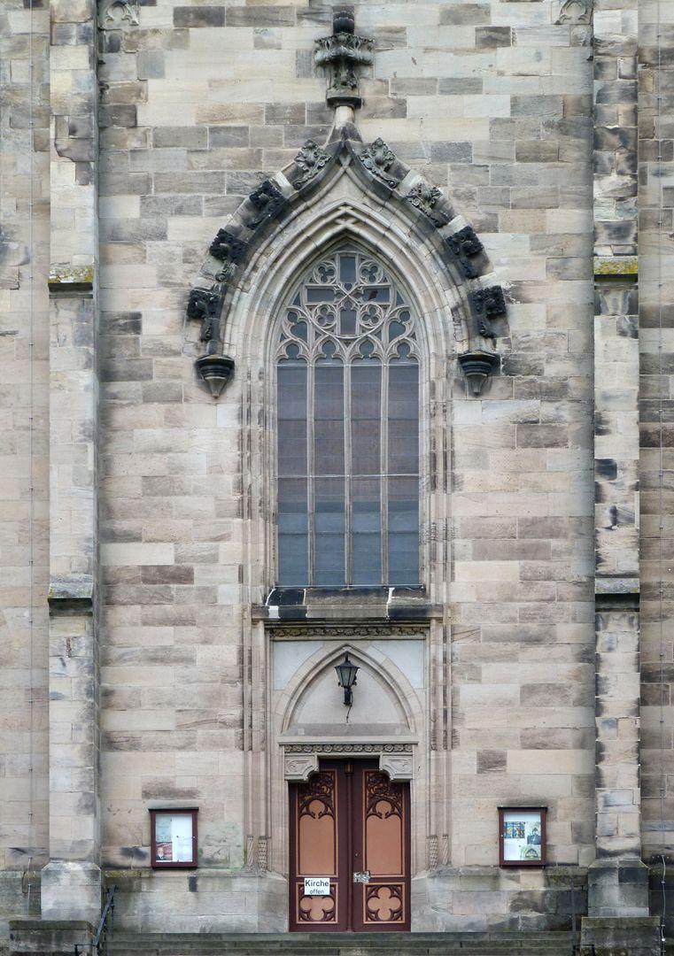 Stadtkirche St. Peter (Sonneberg) Achsennische mit Fassadenfenster und Portal