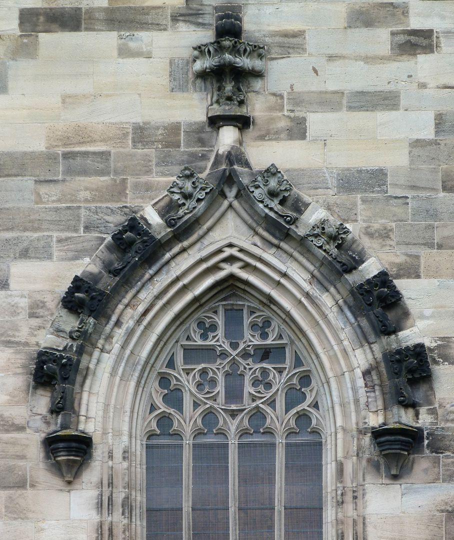 Stadtkirche St. Peter (Sonneberg) Fensterkielbogen mit Überstabungen und Kriechblumen