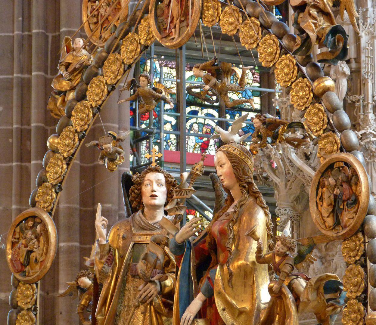 Englischer Gruß Schrägansicht der oberen Hälfte des Rosenkranzes mit Maria, Gabriel und Engeln