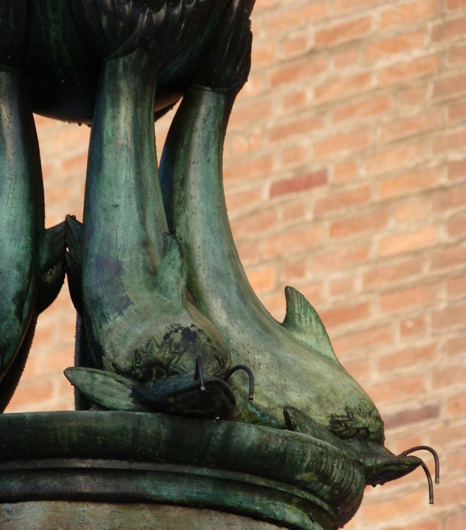 Symbolbrunnen Detail mit Delphinen