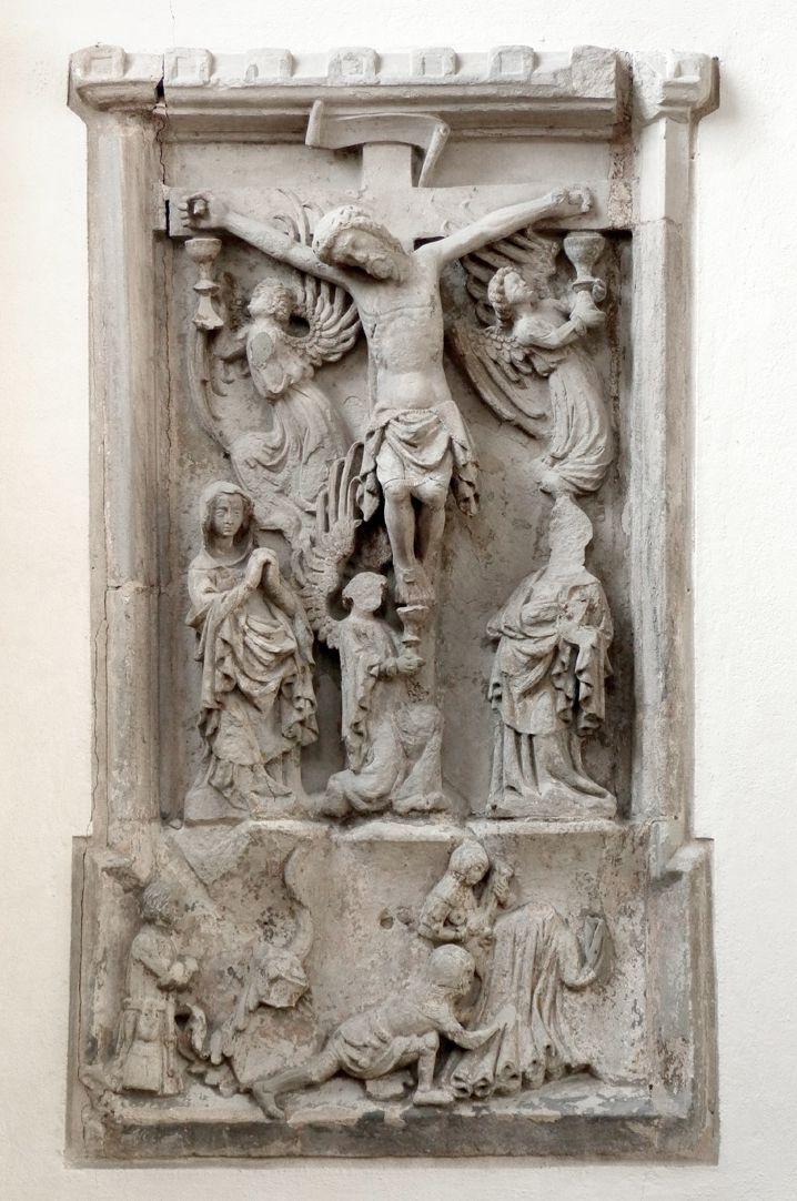 Der Gekreuzigte Der Gekreuzigte zwischen drei Engeln, die das Blut Christi in Kelche auffangen (Eucharistie!) und Maria und Johannes über figürlichem Sockel.