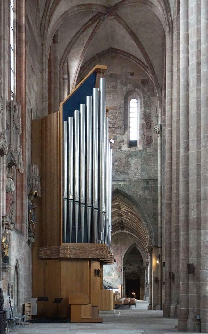 Traxdorfer Orgel Hallenchor, historische Position der Traxdorf-Orgel an der Südwest-Wand, davor die neue Orgel der Orgelbauwerkstatt Willi Peter aus Köln von 1975