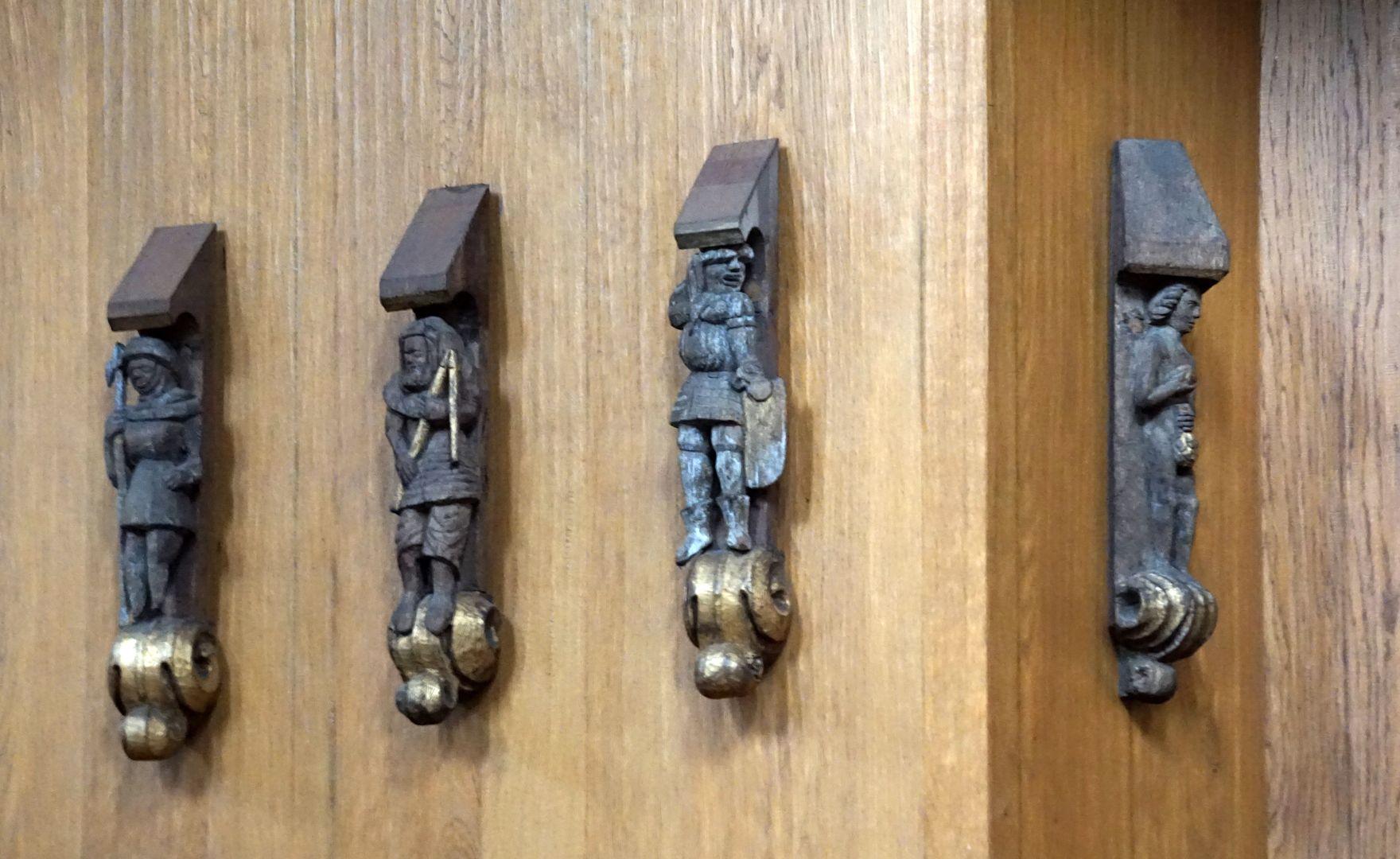 Traxdorfer Orgel Figuren der alten Orgel, links oberhalb des Spieltisches der neuen Orgel