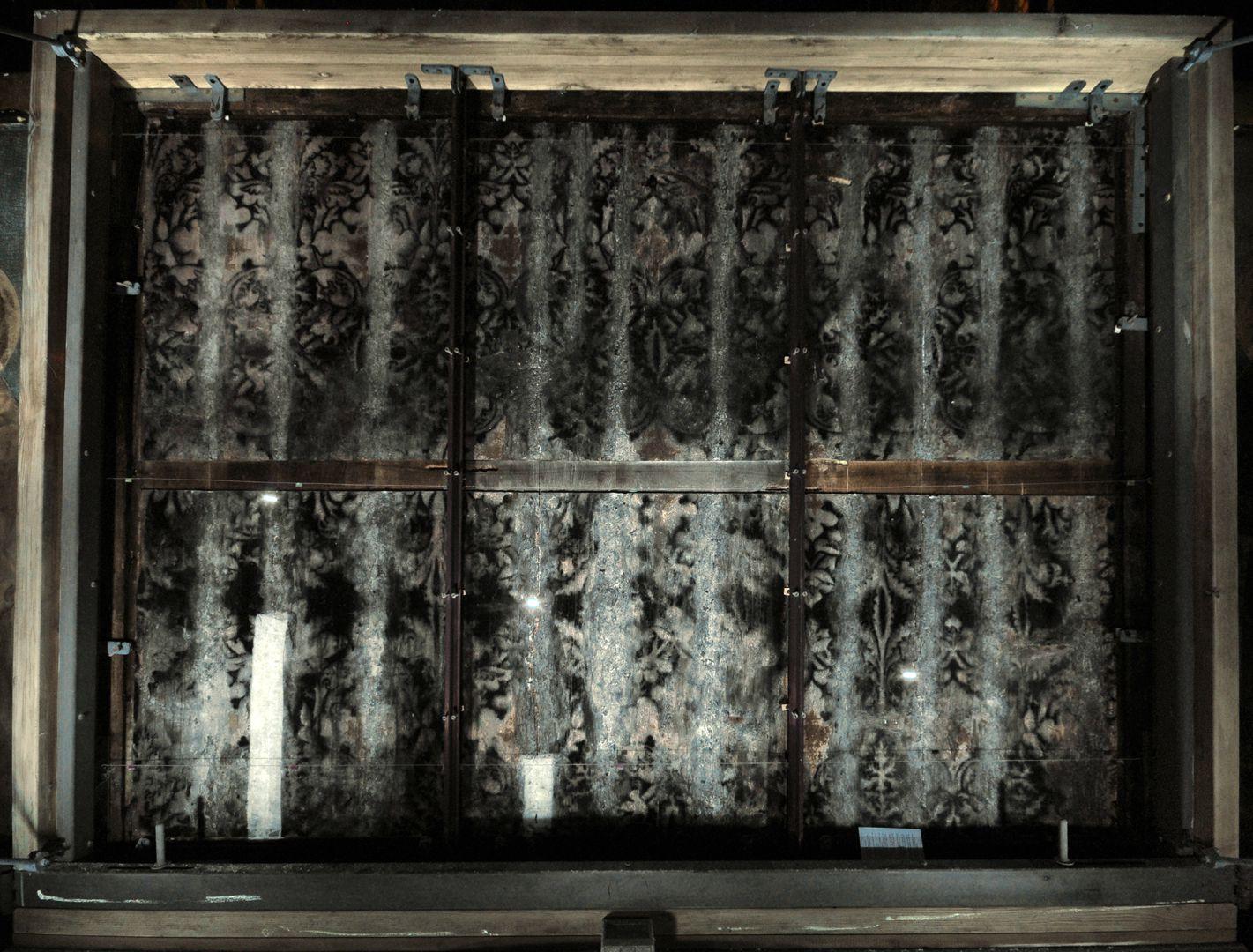 Tucheraltar UV-A Aufnahme der Rückseite des Altars. Sie zeigt, dass der Altar auch auf der Rückseite einst einen Brokatdekor (vertikale Bänder) besaß.